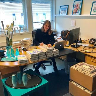 Jeg satt i mange timer og signerte forhåndsbestilte bøker.